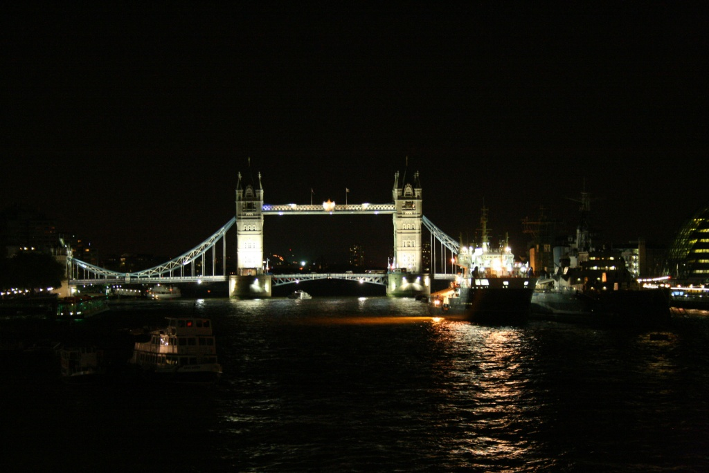 Tower bridge de face la nuit